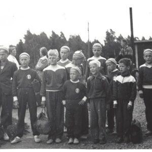 Vuodelta 1954 musftavalkokuva Raikkaan pojat lähdössä Liittojuhlaan