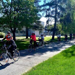 Pyöräretken pyöräilijät jonossa