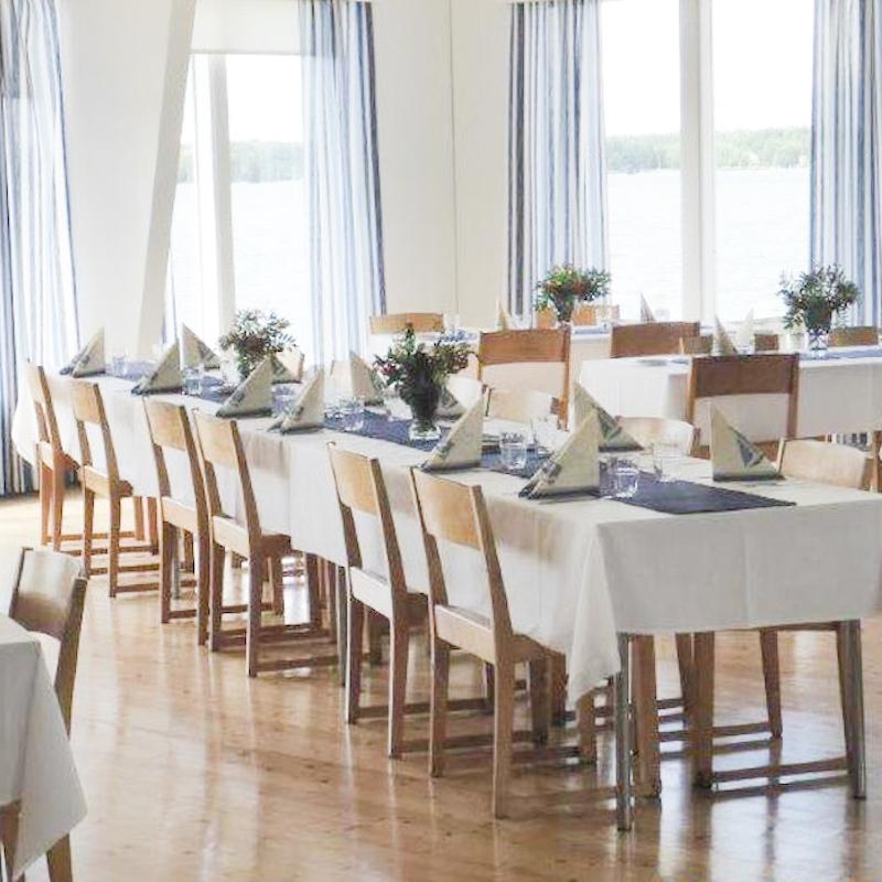 Pursiseuran illallispöydät.