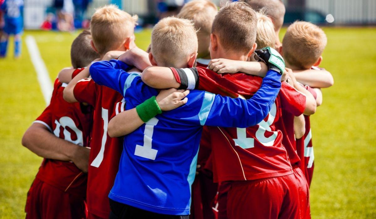 Kuvituskuva, jossa jalkapallojoukkue on kerääntynyt yhteen.