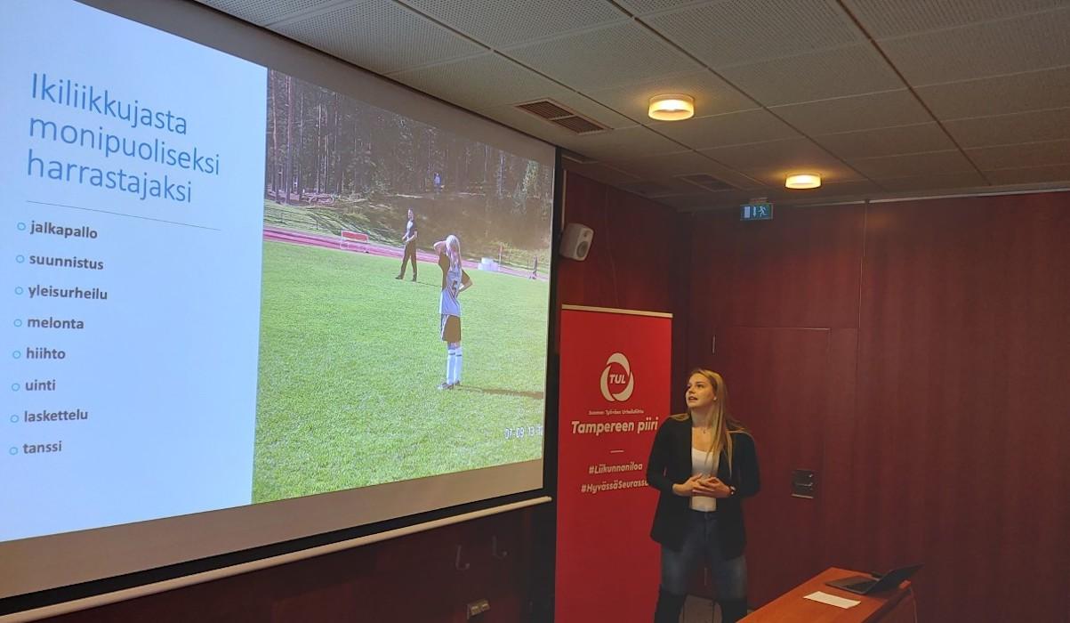 Seuratoiminnan tulevaisuus – uusia ideoita seuratyöhön seminaari. Olympiauimari Ida Hulkko pitää esitystä.