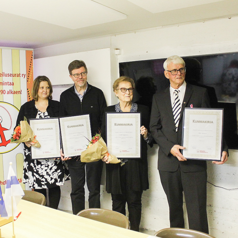 Varkauden Urheilun ja Liikunnan Kunniagalleriaan on nimetty 4 henkilöä. Henkilöt seisovat kuvassa.